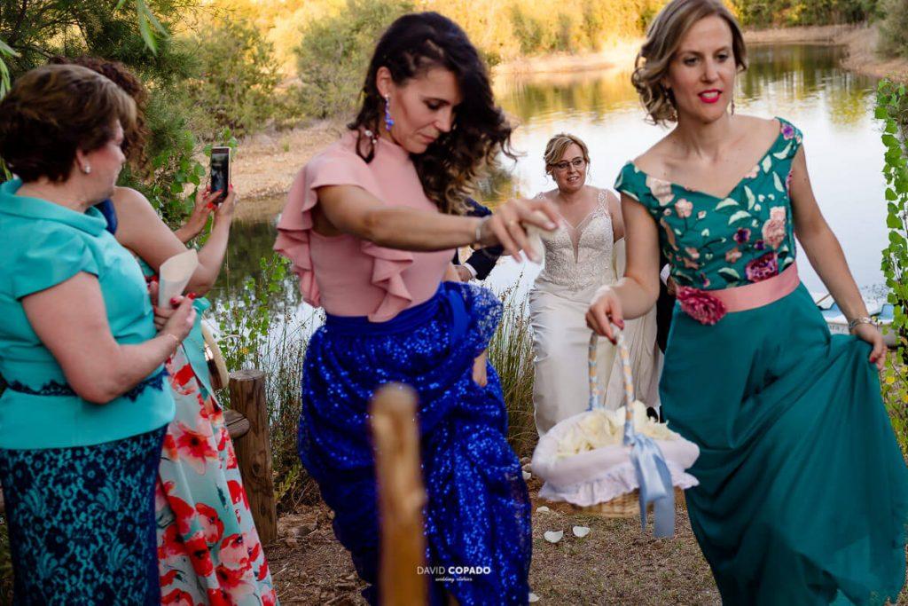 Amigas y llegada - Fotógrafo de bodas en Ciudad Real - Ángel y Vicen - David Copado