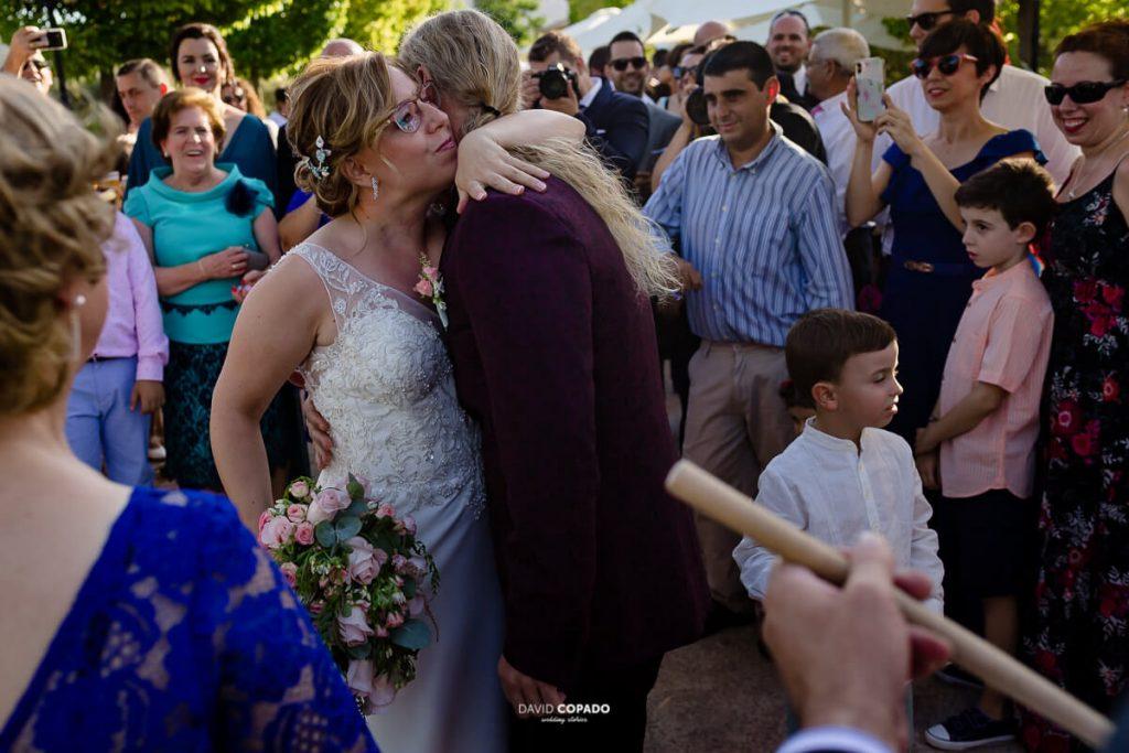 Abrazo novios - Fotógrafo de bodas en Ciudad Real - Ángel y Vicen - David Copado