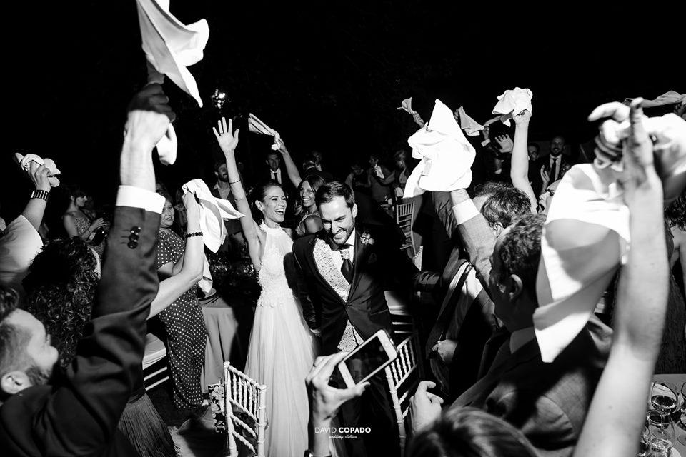 Entrada de los novios al banquete por David Copado - Fotógrafo de bodas en Ciudad Real