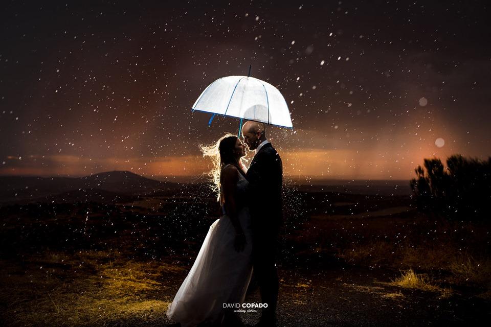 Novios bajo la lluvia por David Copado - Fotógrafo de bodas en Ciudad Real