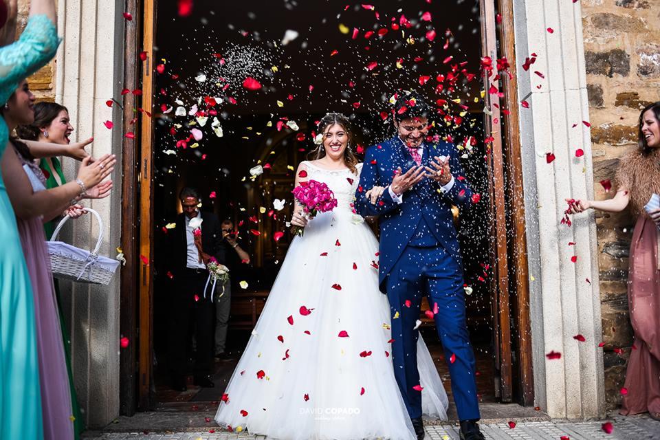 Novios a la salida - Fotógrafo de bodas en Ciudad Real - David Copado