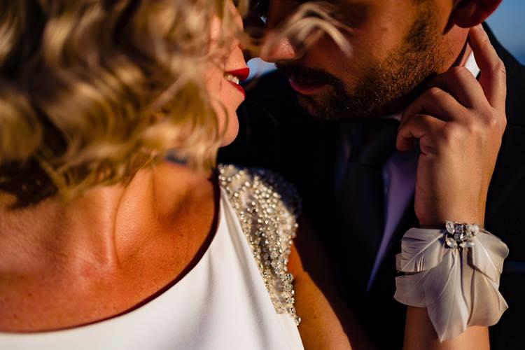 Novios casi dándose un beso - Fotógrafo de bodas Ciudad Real - David Copado
