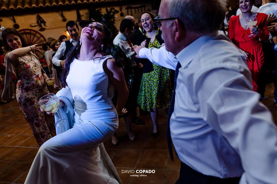 Novia y amigos en la fiesta - Fotógrafo de bodas Ciudad Real - David Copado