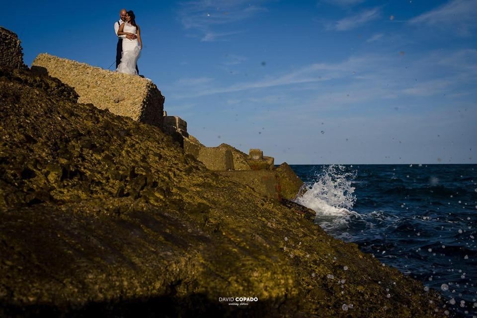 Imagen novios frente al mar - Fotógrafo de bodas Ciudad Real - David Copado