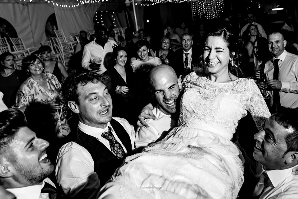 Amigos de los novios en la fiesta con la novia - Fotógrafo de bodas Ciudad Real - David Copado