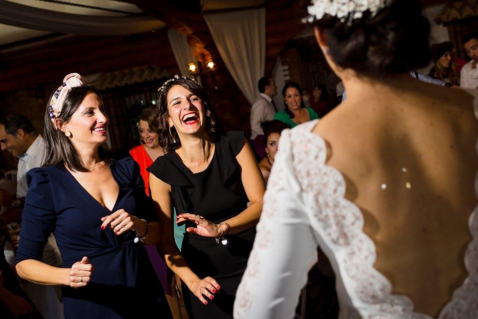 Amigas de la novia bailando - Fotógrafo de bodas Ciudad Real - David Copado
