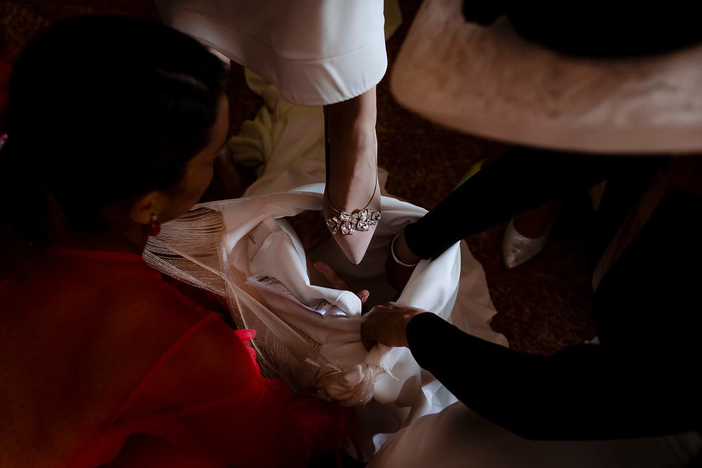 Novia vistiéndose para su boda